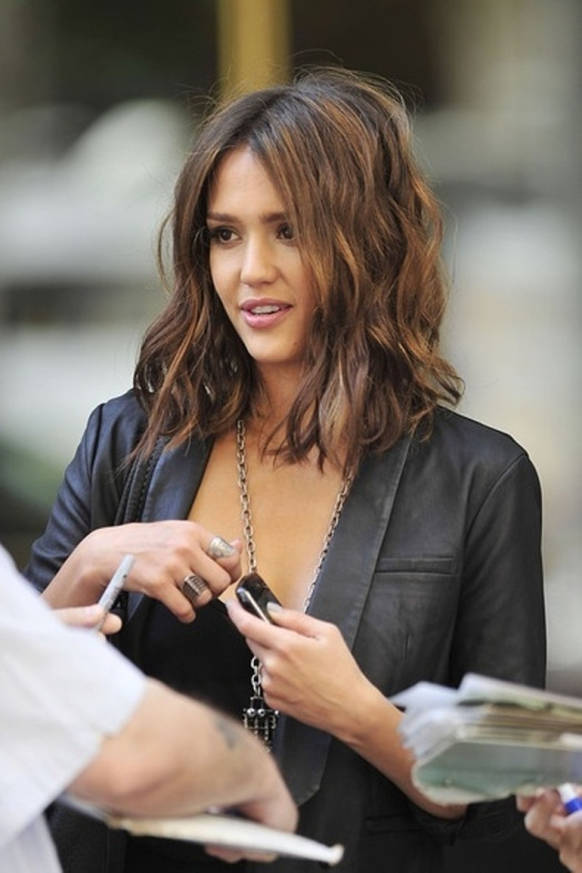 jessica-alba-long-bob-the-fashion-medley